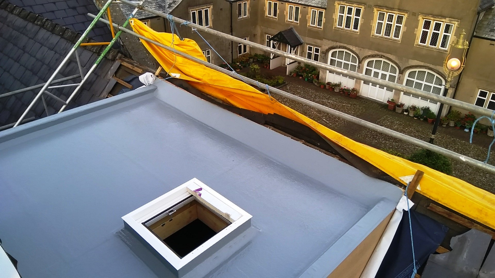 Flat roofing with skylight