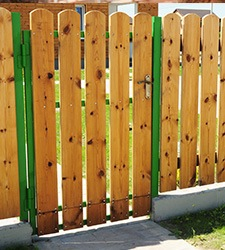 timber fencing to clarify boundary